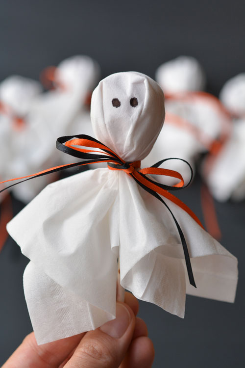 Ghosts, pumpkins, black cats, bats, monsters, mummies, vampires, spiders, and witches abound in this awesome collection of Halloween projects for kids.